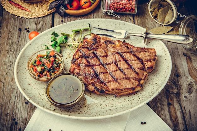 Bistecche alla griglia, bistecca su un piatto