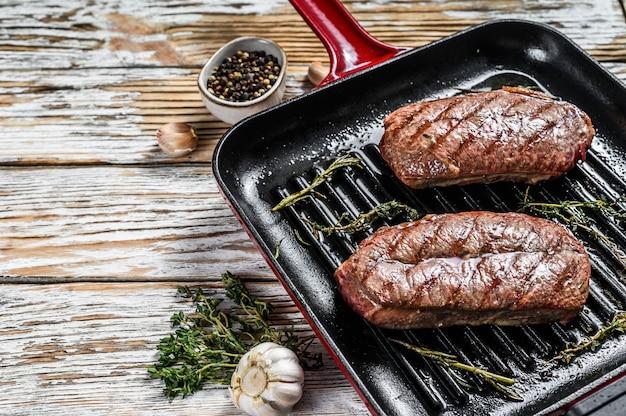 Bistecche di carne alla griglia top blade in padella