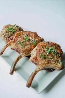 Bistecche di maiale alla griglia con spezie ed erbe aromatiche.