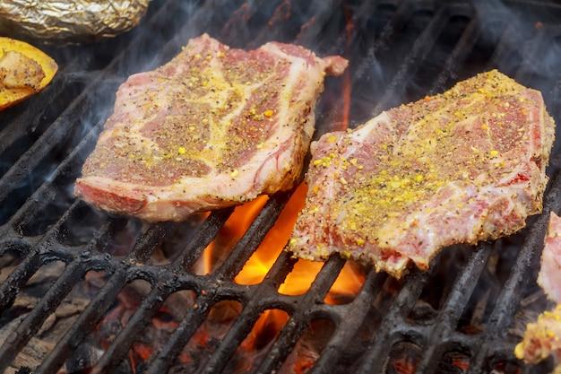 Bistecche di manzo alla griglia con le fiamme