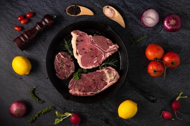 Bistecche di manzo alla griglia con spezie sulla padella nera