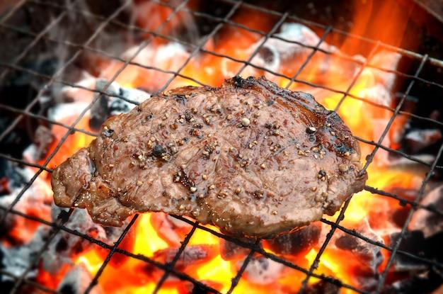 Bistecche di pepe grigliate su fiamme