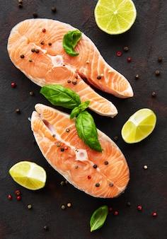 Bistecche di salmone crudo