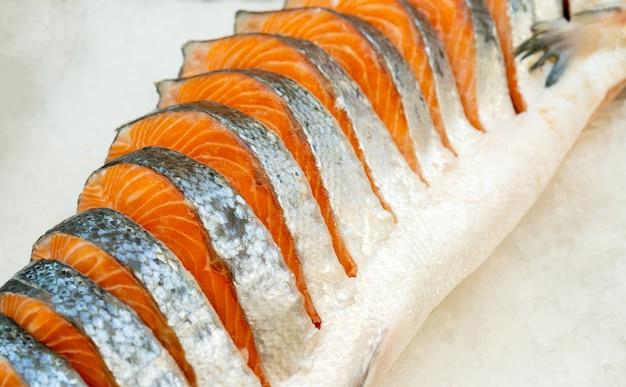 Bistecche di salmone fresco. vendita sul ghiaccio. negozio di frutti di mare.