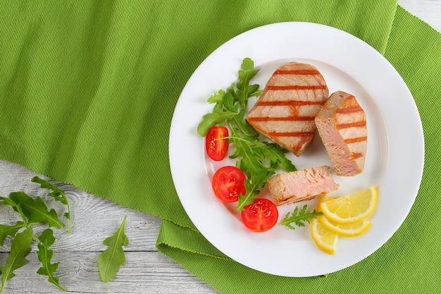 Bistecche di tonno grigliate tagliate a pezzi