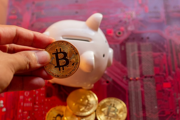 Bitcoin con microchip per circuiti stampati, criptovaluta virtuale, mining dorato, tecnologia blockchain.