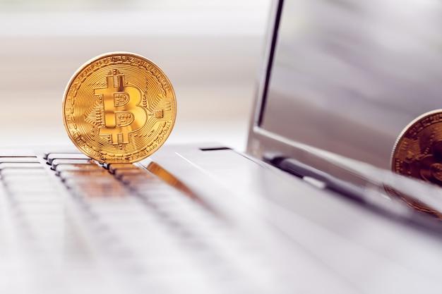 Bitcoin d'oro nella tastiera di un laptop