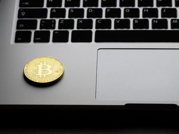 Bitcoin d'oro sulla tastiera del laptop durante la notte.
