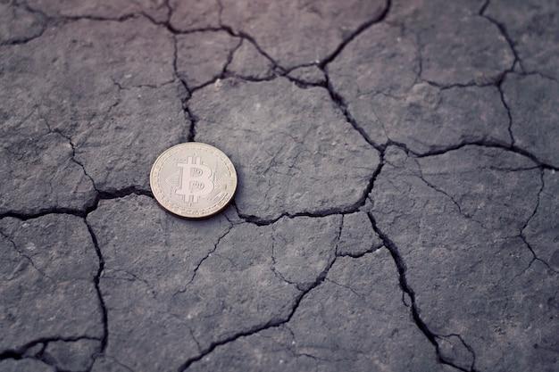 Bitcoin di monete su terra screpolata. concetto finanziario