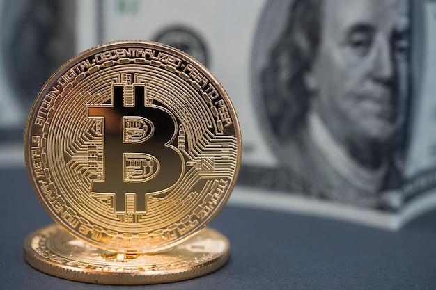 Bitcoin dorati su banconote da un dollaro