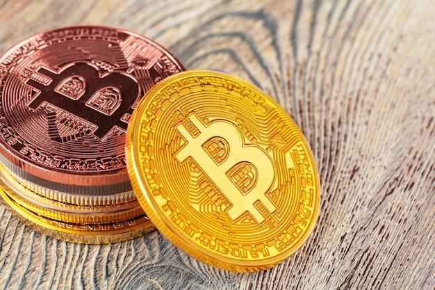 Bitcoin dorati sulla tavola di legno.