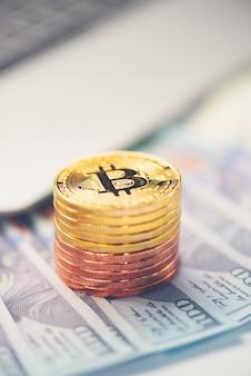 Bitcoin dorato con sfondo di dollaro. immagine concettuale per valuta criptata.