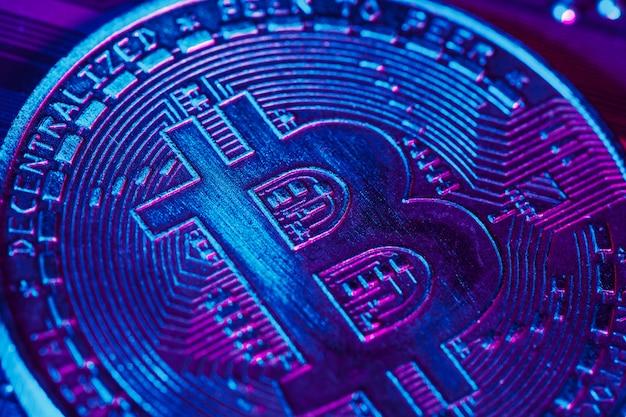 Bitcoin dorato e chip per computer