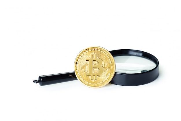 Bitcoin dorato e lente d'ingrandimento