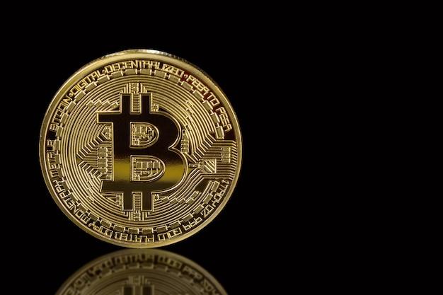 Bitcoin dorato isolato sul nero con la riflessione
