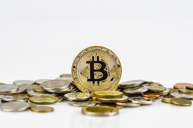 Bitcoin dorato su molte monete di denaro internazionale