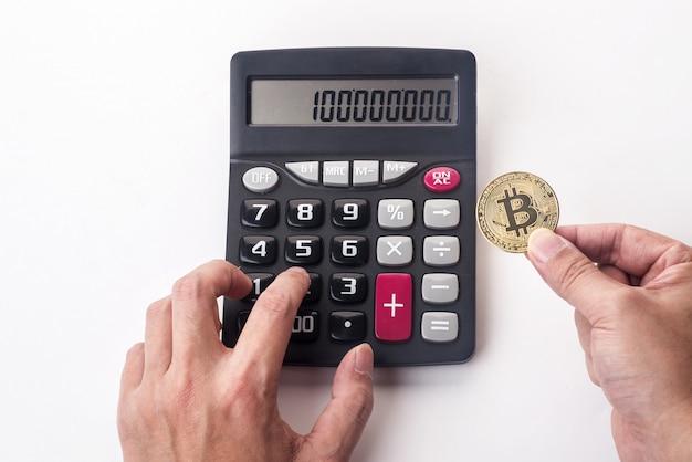 Bitcoin dorato sul calcolatore defocused