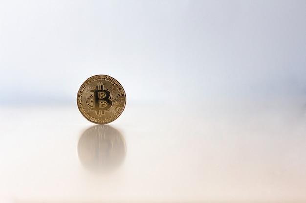 Bitcoin dorato sul tavolo con copia sapce, concetto di criptovaluta virtuale.