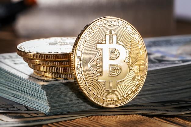Bitcoin dorato sulla priorità bassa delle fatture di soldi