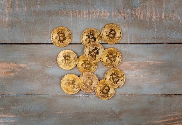 Bitcoin in fondo in legno