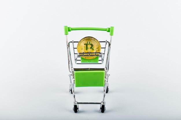 Bitcoin in un carrello su bianco