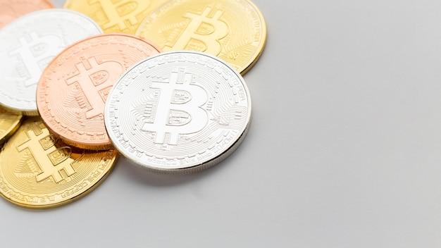 Bitcoin in vari colori primo piano