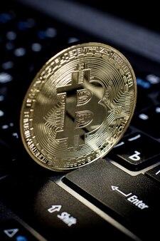 Bitcoin moneta d'oro sulla tastiera del computer