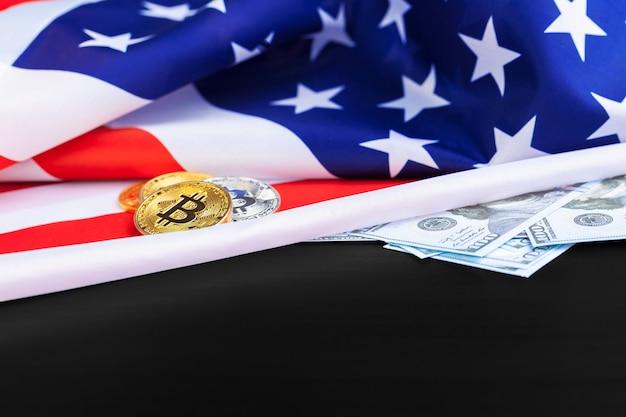 Bitcoin monete fisiche sulla bandiera americana con bitcoin coin