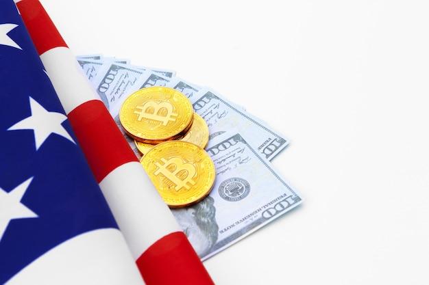 Bitcoin monete fisiche sulla bandiera americana con dollari