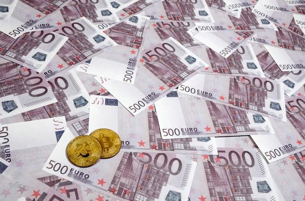 Bitcoin sopra una pila di cinquecento euro banconote