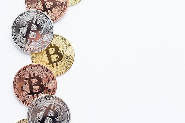 Bitcoin su sfondo chiaro con copia-spazio