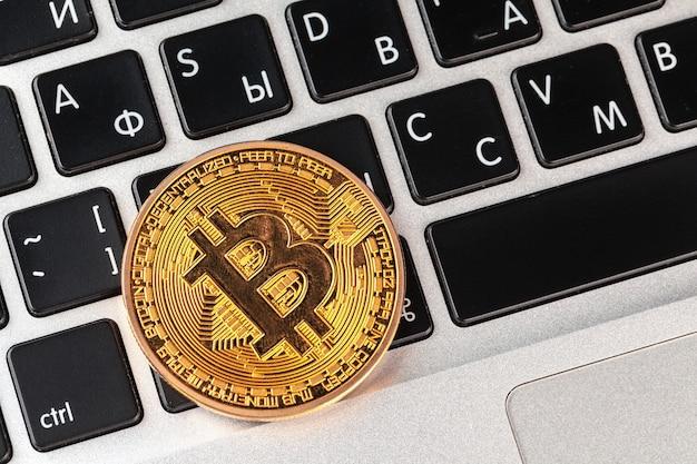Bitcoin sulla tastiera del laptop