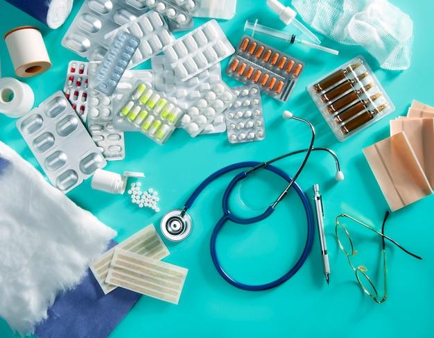 Blister medico pillole scrivania scrivania roba farmaceutica stetoscopio sfondo verde