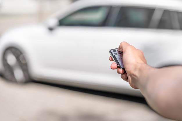 Bloccando l'auto tramite telecomando