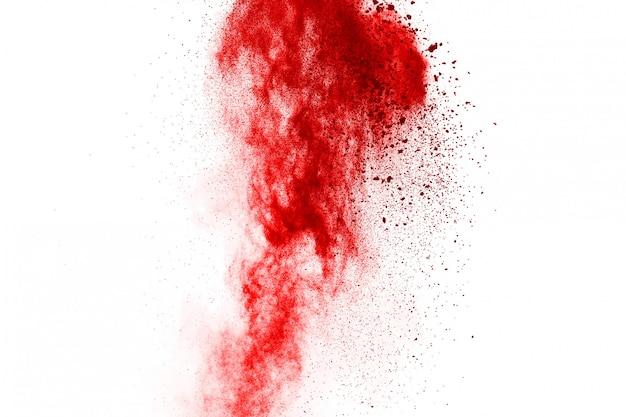 Bloccare il movimento di polvere rossa che esplode, isolato su sfondo bianco