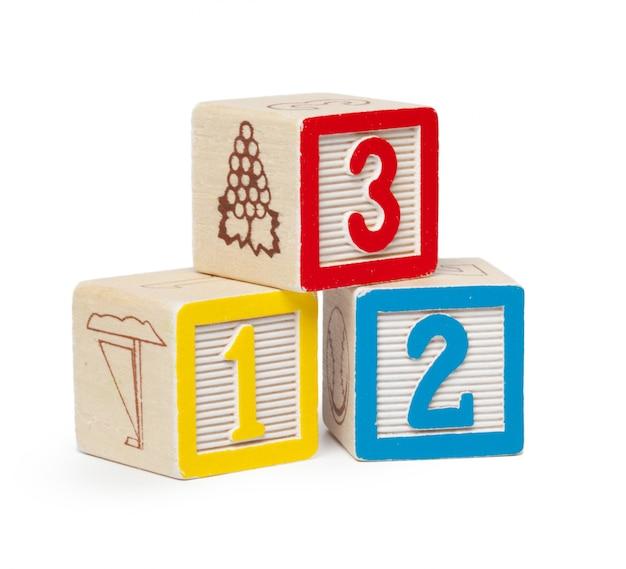 Blocchetti di legno di alfabeto isolati su bianco