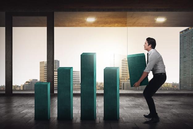 Blocchetto di grafico di sollevamento dell'uomo asiatico di affari