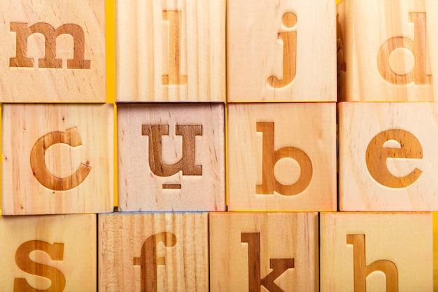 Blocchi alfabeto in legno con lettere