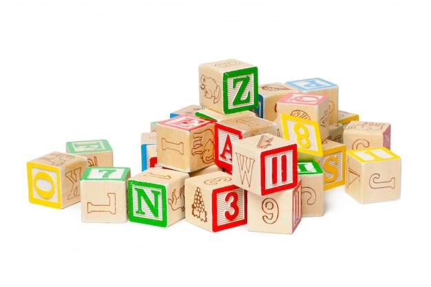 Blocchi alfabeto in legno isolato su sfondo bianco