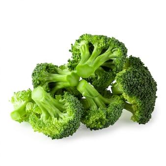 Blocchi di broccoli freschi per la cottura isolato su sfondo bianco.