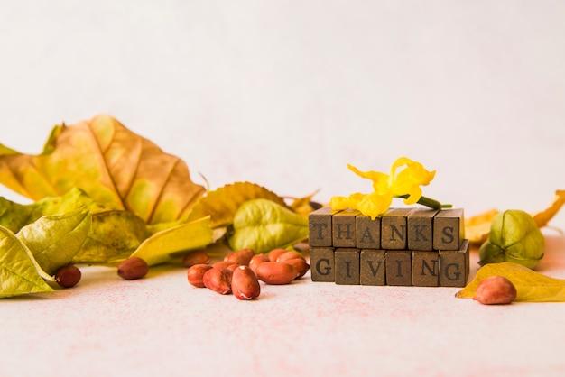 Blocchi di legno del ringraziamento sul tavolo