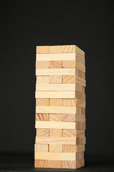 Blocchi di legno su fondo nero.
