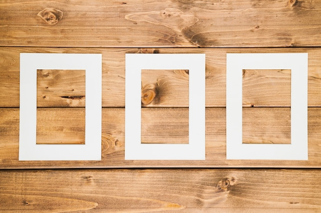 Blocchi per grafici vuoti bianchi con fondo di legno