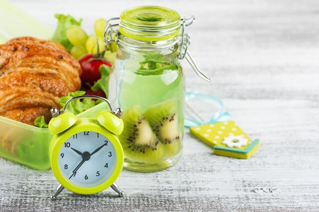 Blocco allarme verde e scatola per il pranzo
