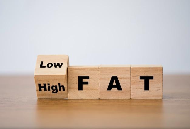 Blocco cubo di legno che cambia da alto contenuto di grassi a basso contenuto di grassi. dieta e buone condizioni di salute.