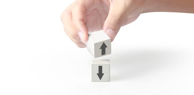 Blocco cubo in mano con l'icona delle frecce su e giù