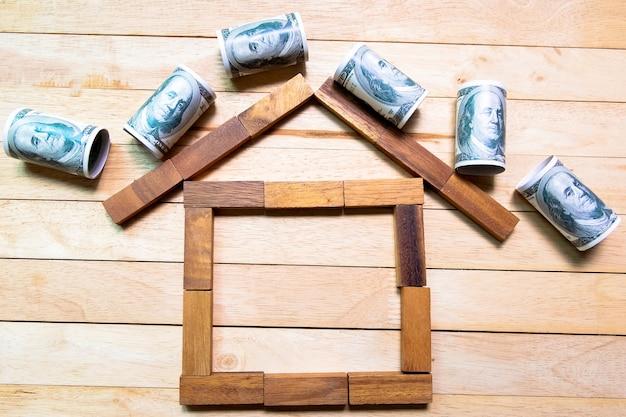 Blocco di legno di forma della casa, vista superiore di concetto finanziario domestico
