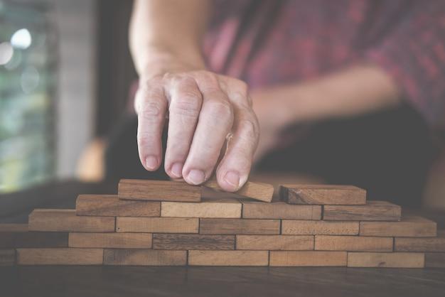 Blocco di legno impilabile a mano.