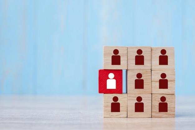 Blocco di legno rosso con l'icona della persona bianca sulla costruzione.