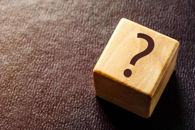 Blocco giocattolo in legno con punto interrogativo nero